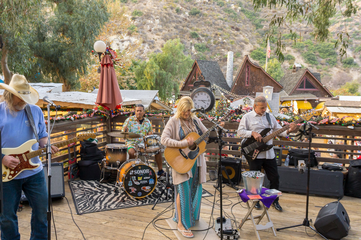 Live band at the Sawdust Art Festival